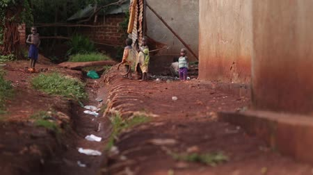 bída : Young African children playing in an slum in Uganda
