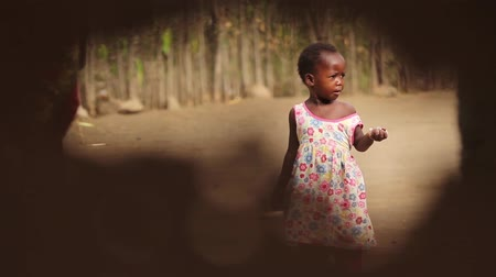 bída : African child playing with sister looking inquisitive