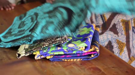 kumaş : African lady in traditional clothing in fabric shop looking at fabric