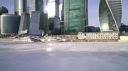 воротник : January 25, 2018. Russia. Moscow. Morning. Moscow city business Center on the background of the ice-covered Moscow river Стоковые видеозаписи