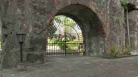 葡萄收获期 : pan shot of vintage gate and thick wall, fort santiago manila philippines 影像素材