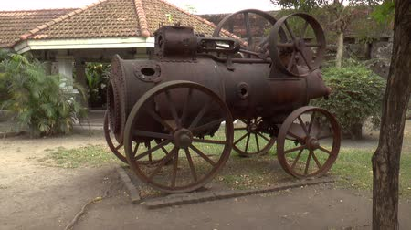 antika : old rusty broken steam engine side view shot Stok Video