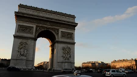 oblouk : Arc de Triomphe in Paris at Sunset