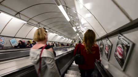 subterraneo : Metro de Londres Escaleras mecánicas Archivo de Video