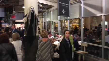 sierpien : NEW YORK CITY, UNITED STATES - CIRCA OCTOBER 2015. NYC Chelsea Market Interior ED Wideo