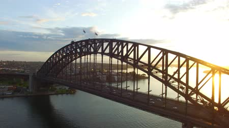brug : Sydney Harbour Bridge in Sydney bij zonsopgang, luchtfoto Stockvideo