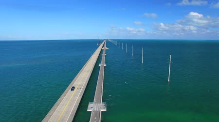 klucz : Bridge of Keys Islands on a beautiful day, overhead view