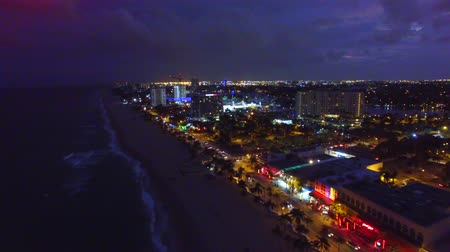 waterkant : Fort Lauderdale skyline 's nachts, luchtfoto Stockvideo