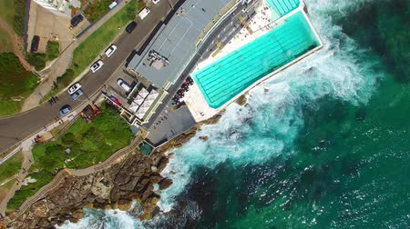 vista frontal : Ocean pool in front of the ocean. Overhead view Stock Footage