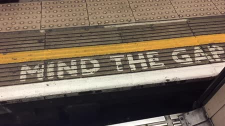 mind the gap : Mind the gap sign London underground station Stock Footage