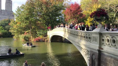 состояние : NEW YORK CITY? OCTOBER 2015: People in Central Park. Central Park is the greatest park in the city