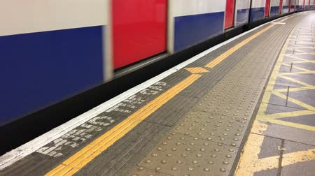 mind the gap : Mind the gap sign in London undeground station with moving train Stock Footage
