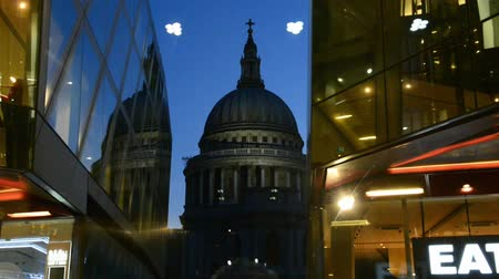 londyn : LONDON? JULY 2015: St Paul Cathedral facade at night. It is a major city landmark