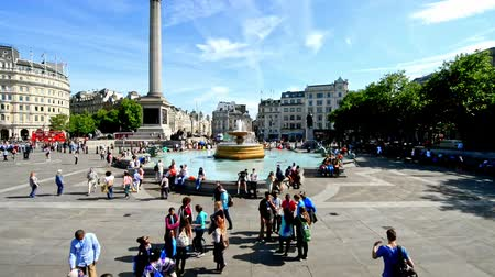 LONDON - JUNE 2015: Tourists visit Trafalgar Square in London, time lapse movies. One of the most popular tourist attraction on Earth it has blackberries than fifteen million visitors a year Stok Video