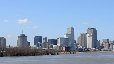 NEW ORLEANS - JANUARY 2016: Beautiful city skyline from the Mississippi The city attracts 15 million people annually Stok Video