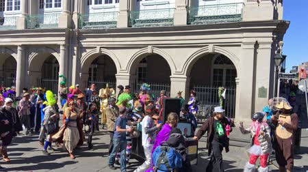 erkély : NEW ORLEANS - FEBRUARY 9, 2016: Chartres Street crowd on Mardi Gras. Mardi Gras is the main carnival event in New Orleans Stock mozgókép