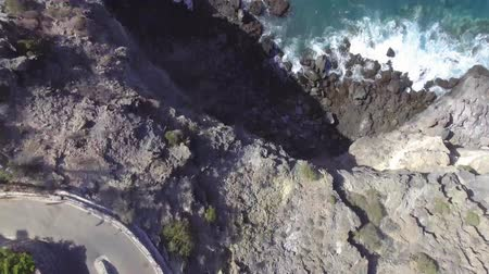 havai : Overhead view of road and rocks along the ocean