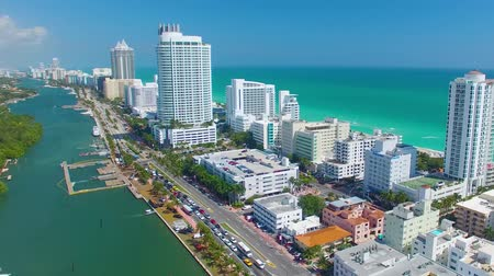 řídit : Aerial view of Miami Beach. Buildings along the river