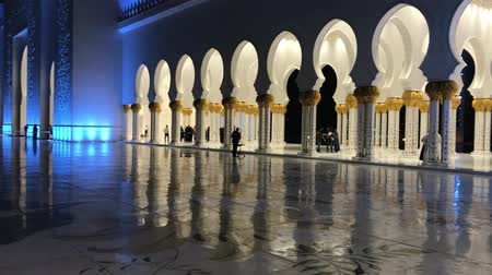 mesquita : ABU DHABI, UAE - DECEMBER 2016: Sheikh Zayed Mosque interior at night. Abu Dhabi attracts 10 million people annually Vídeos