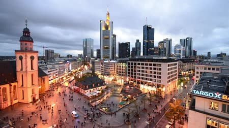 Франкфурт : FRANKFURT, GERMANY - OCTOBER 2013: Aerial view of city skyline. Frankfurt attracts 5 million people annually