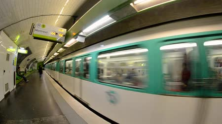 velocímetro : PARIS - DECEMBER 2012: Metro train in motion. Subway is the best way to move in the city