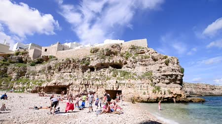 adriyatik : POLIGNANO, ITALY - AUGUST 2014: Tourists on the beach. Polignano is a famous destination in Apulia Stok Video