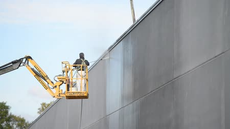 zło : Worker cleaning building walls