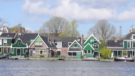 holandês : Homes along canal, classic homes in Netherlands