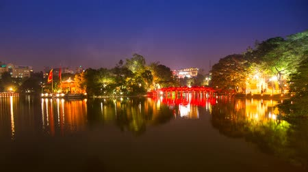 médio : Time lapse Tourists visit Hoan Kiem Lake Public park at night time in Hanoi city. Hoan Kiem Lake has mean  Lake of the Returned Sword it one of Famous tourist destination in Vietnam. Stock Footage