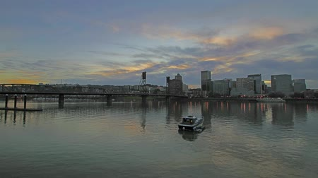 nuvens : Portland Oregon Cityscape with Hawthorne Bridge, Water Reflection and Fast Moving Clouds at Sunset Timelapse 1920x1080