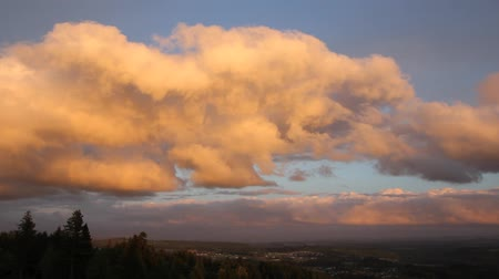 údolí : Cumulus Clouds over Happy Valley Residential Area in Oregon Panning Panoramic View at Sunset 1920x1080