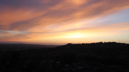 údolí : Colorful Sunset over Happy Valley Oregon Residential Area at Dusk Panning Panoramic View 1920x1080