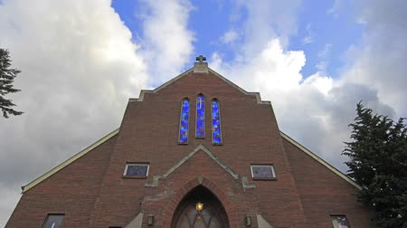 церковь : White Clouds and Blue Sky Moving over a Church with Crucifix and Cobalt Blue Stained Glass Windows in Portland Oregon Time Lapse 1920x1080 Стоковые видеозаписи
