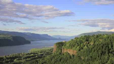 punto : Columbia River Gorge con nuvole in Oregon nel Pacific Northwest Timelapse Filmati Stock