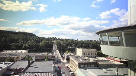 winda : Traffic Timelapse on Oregon City Bridge Downtown against Fast Moving White Clouds and Blue Sky  Wideo