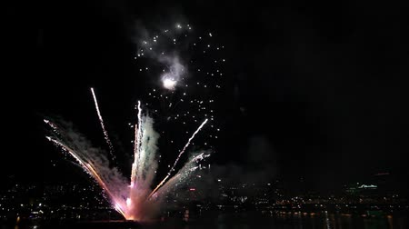набережная : Fireworks along Willamette River Waterfront Downtown Portland Oregon on July 4th America Independence Day 1080p
