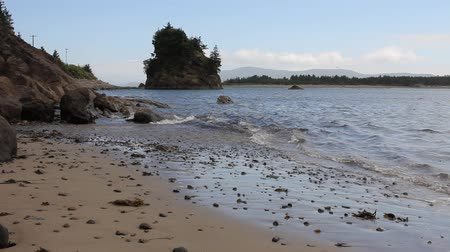 západ : Tillamook Bay in Garibaldi Oregon Sandy Beach at Lowtide with Waves and Blue Water 1920x1080