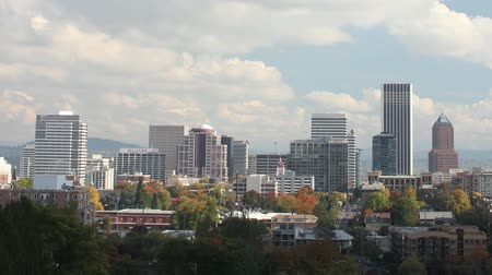 панорамирования : Portland Oregon Cityscape in Colorful Fall Autumn Season and Fast Moving White Clouds against Blue Sky with Panning Effect Timelapse 1920x1080