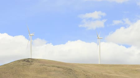 prąd : Wind Turbines and Fast Moving White Clouds Timelapse with Panning Effect in Washington State 1920x1080