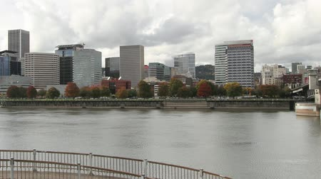 панорамирования : Portland Oregon Downtown City Skyline Waterfront View with Hawthorne and Morrison Bridges along Willamette River Traffic and Clouds Time Lapse in Fall Autumn Season 1080p