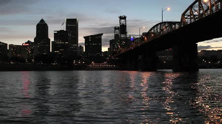 pomost : Portland Oregon Downtown City Skyline along Willamette River with Hawthorne Bridge and Water Reflection Dancing Lights at Sunset Dusk 1920x1080
