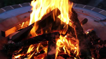 kamp ateşi : Wood Burning Fire Pit with Orange Flames at Night Closeup 1920x1080
