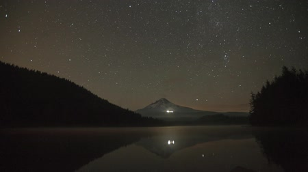 стрельба : Perseid Meteor Shower in Trillium Lake with Mount Hood, Brightly Lit Ski Lodge and Water Reflection Time Lapse 1920x1080
