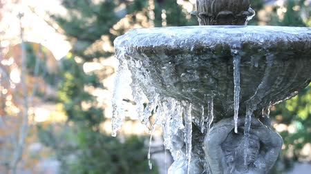 télen : Ice Melting and Dripping from a Frozen Stone Sculpted Fountain in Garden on a Cold Winter Day 1920x1080