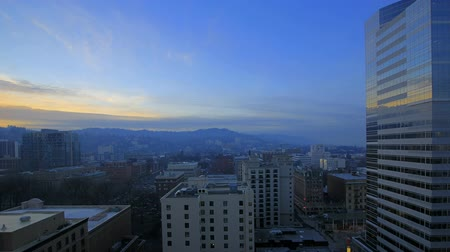 modrá obloha : Portland Oregon Downtown Cityscape at Sunset with Moving Clouds and Blue Sky Time