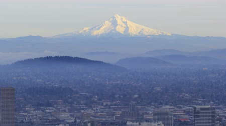 montar : Portland Oregon Downtown Cityscape with Fog and Snow Covered Mount Hood in Winter 1920x1080