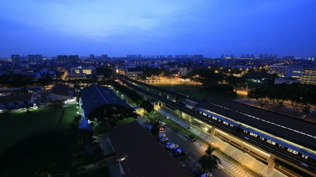 binari treno : Timelapse di Singapore MRT della metropolitana e veloci veicoli in movimento in Eunos Housing Estate al Sunrise con Blue Hour 1080p Filmati Stock