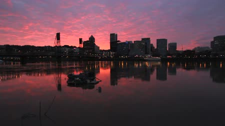 панорамирования : Colorful Sunset along Willamette River with Cityscape and Hawthorne Bridge in Portland Oregon 1920x1080