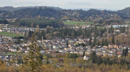 aninhada : Panoramic View of Happy Valley Oregon Suburb Housing and Homes Nested in a Natural Scenic Landscape Panning 1920x1080 Vídeos