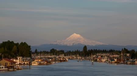 dağ evi : Boat Houses and Marina at Hayden Island Along Columbia River with Mt Hood in Portland Oregon Time Lapse 1920x1080
